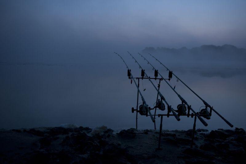 Pêche de la carpe de nuit et couvre-feu